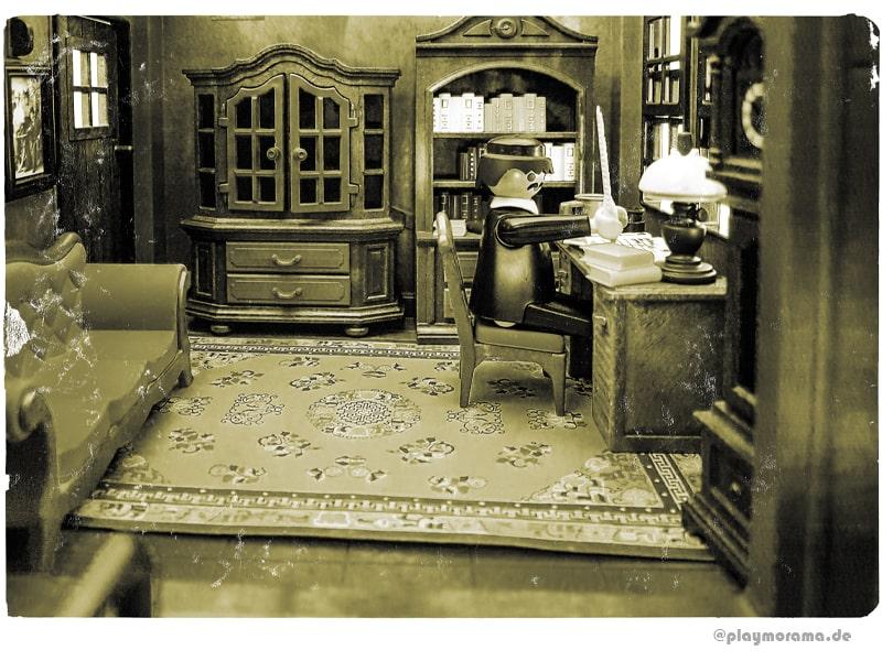 Bahnhofsvorsteher der Western Station Colorado Springs sitzt am Schreibtisch in seiner Dienstwohnung