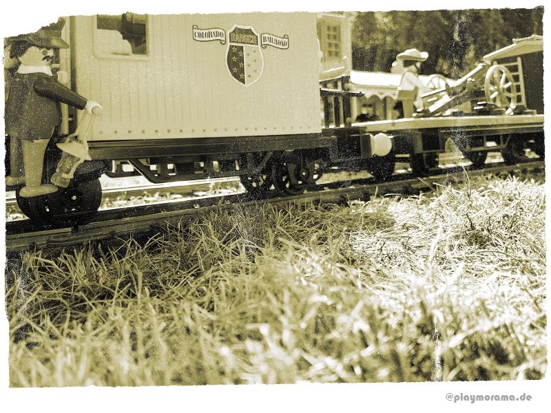 Begleitwagen am Ende vom Westernzug am Bahnhof