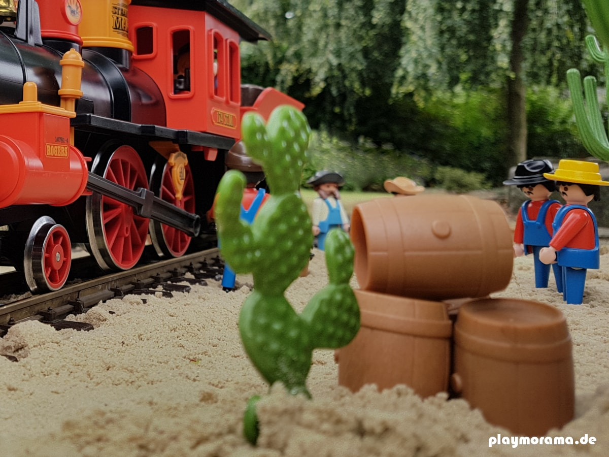 Die Eisenbahn-Techniker warten die Dampflokomotive und bereiten diese auf die Abfahrt vor