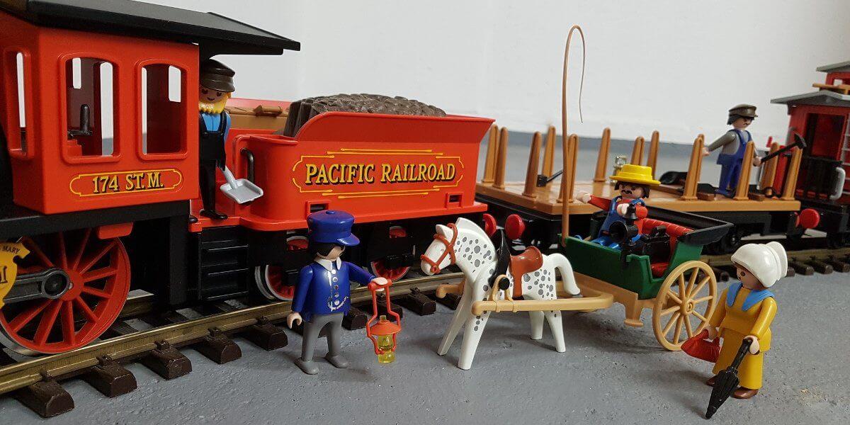Playmobil Westernbahn 4034 komplett aufgebaut mit Figuren und Waggons. Das Foto entspricht in etwa der Abbildung der Originalverpackung