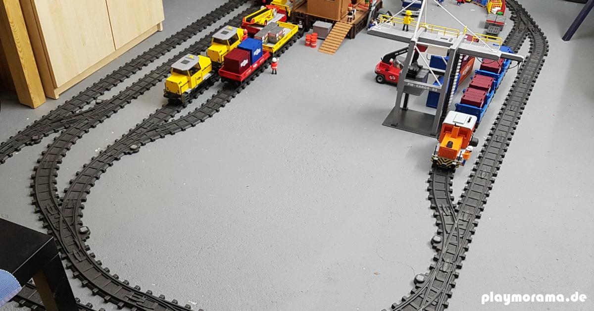 Der RC-Train fährt auch auf Kunststoffschienen.