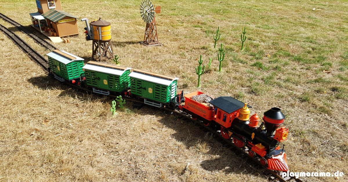 Playmobil Western Eisenbahn fährt bei uns draußen im Garten