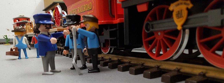 Playmobil Eisenbahn Sammlung - Lokführer, Heizer und Techniker stehen vor dem Westernzug