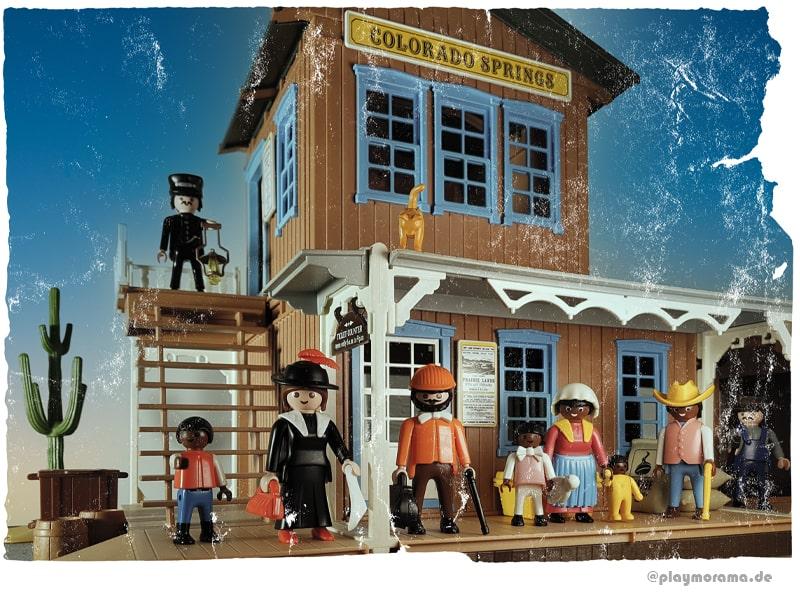 """Playmobil Western Station 3770 """"Colorado Springs"""" mit modifizierten Figuren. Dabei habe die alten Beine der Playmobil Figuren durch neuere Beine mit Schuhen ersetzt"""