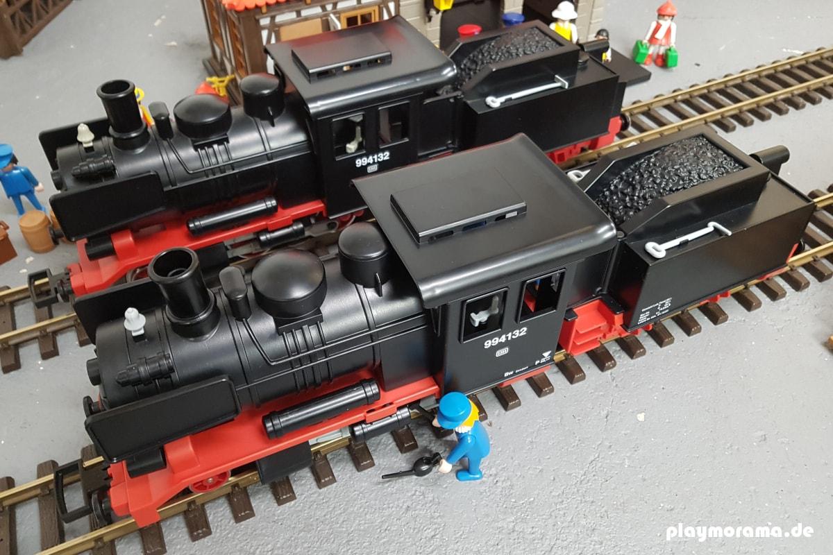 Zwei Playmobil Schlepptenderloks vor dem Bahnhof
