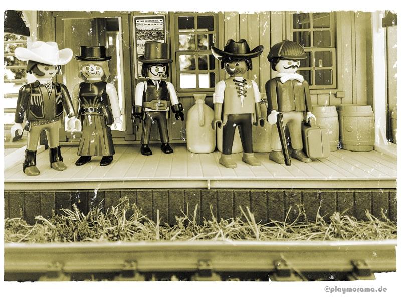 Playmobil Western-Reisende warten am Bahnsteig mit Überdachung