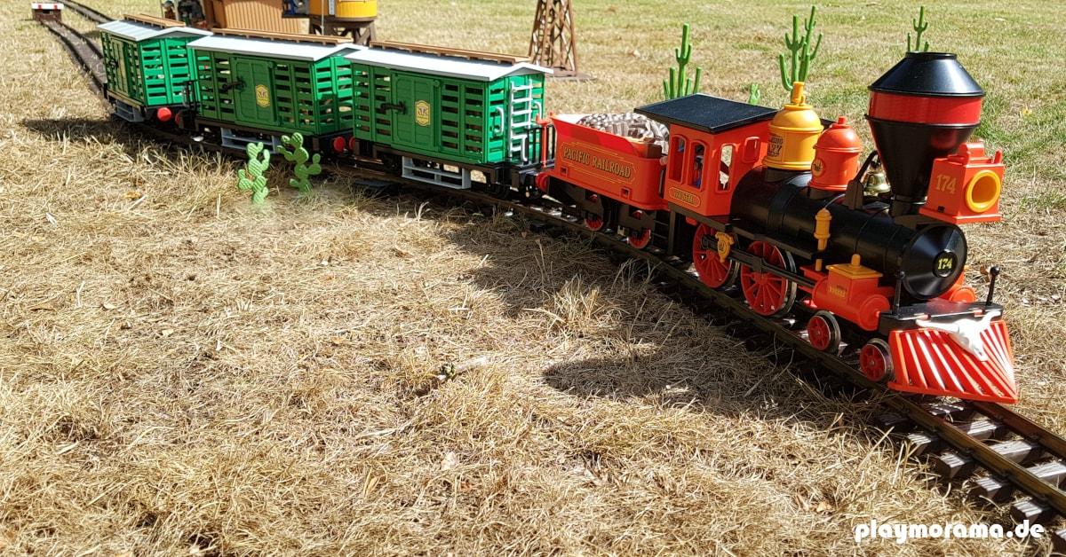 Playmobil Westernzug mit der Steaming Mary und mit Viehwagen ist bereit für die Abfahrt