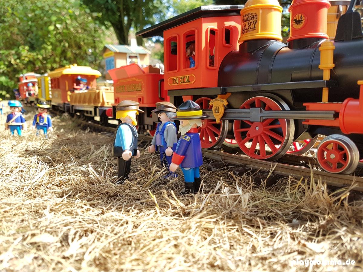Der Geldtransport von Colorado Springs wird auf den Westernzug verladen. Der Zug wird von Soldaten bewacht.