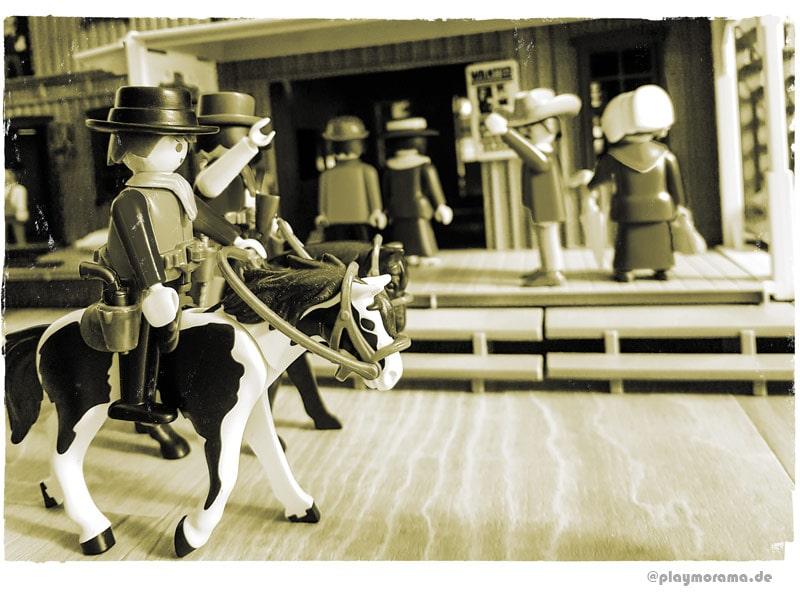 Cowboys von der Silver Ranch reiten über die Hauptsraße vor dem Western-Bahnhof