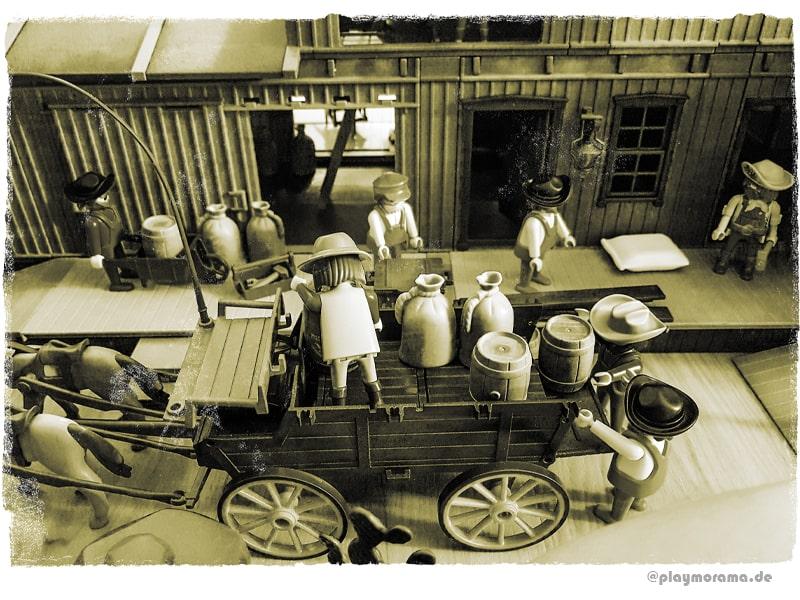 Die Güter werden oft mit Kutschen transportiert. Western-Kutsche wird abgeladen