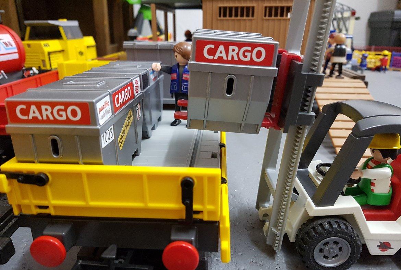 gelber Niederbordwagen 3126 am Güterbahnhof wird von Gabelstapler beladen.