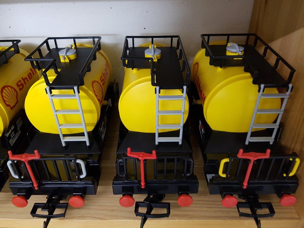 Playmobil Kesselwagen in gelb, weiß und rot. auf der Schiene