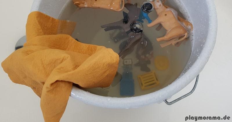 Mit Ledertuch hartnäckigen Schmutz abwaschen