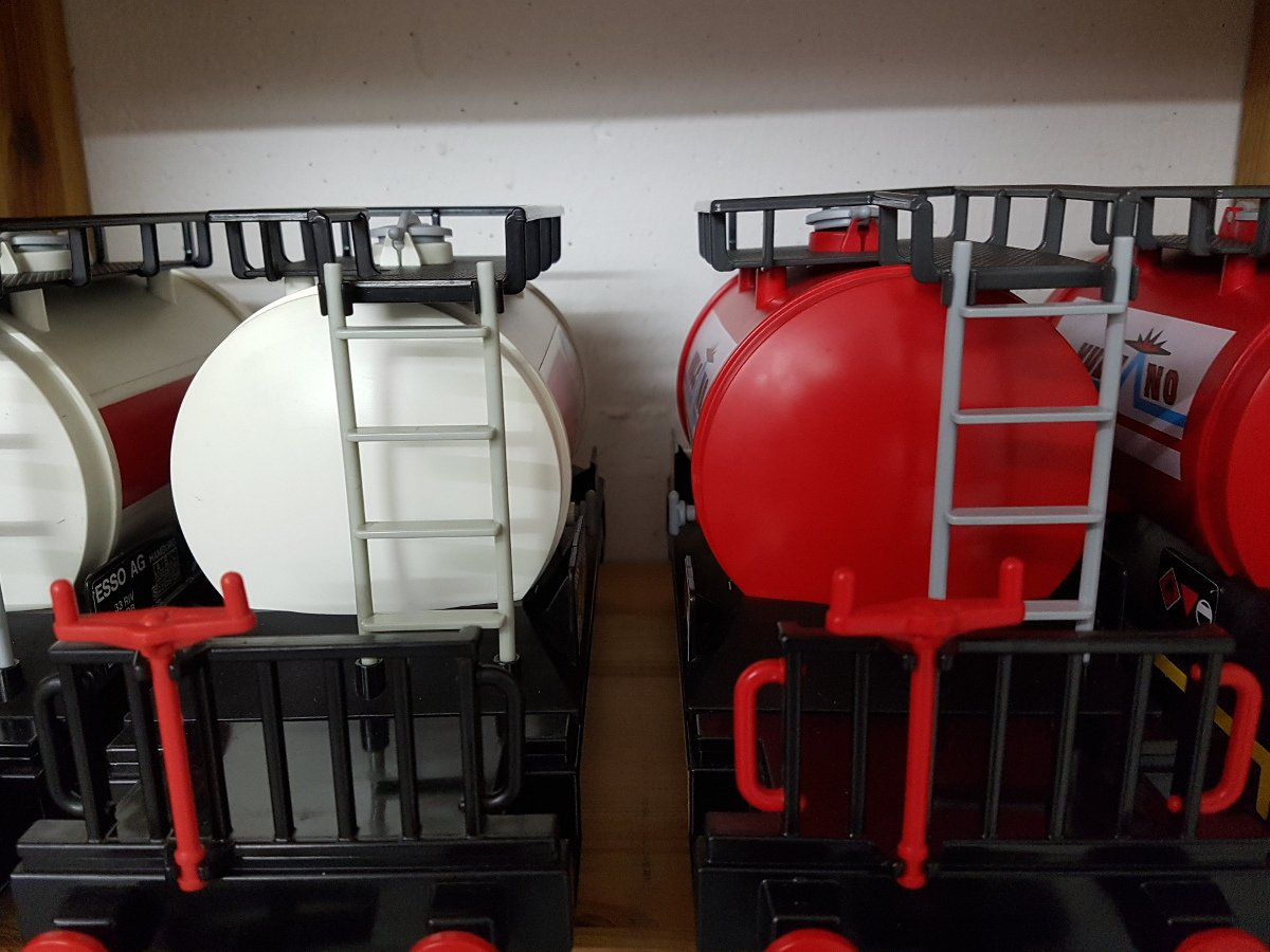 Tankwaggons von Esso und Vulcano mit schwarzen und roten Griffen - modifizierte Playmobil Kesselwagen