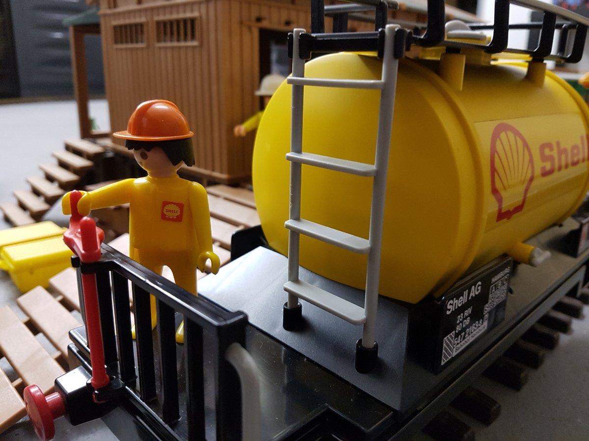 Shell AG Mitarbeiter auf der Bremser-Bühne des Playmobil Shell-Kesselwagen