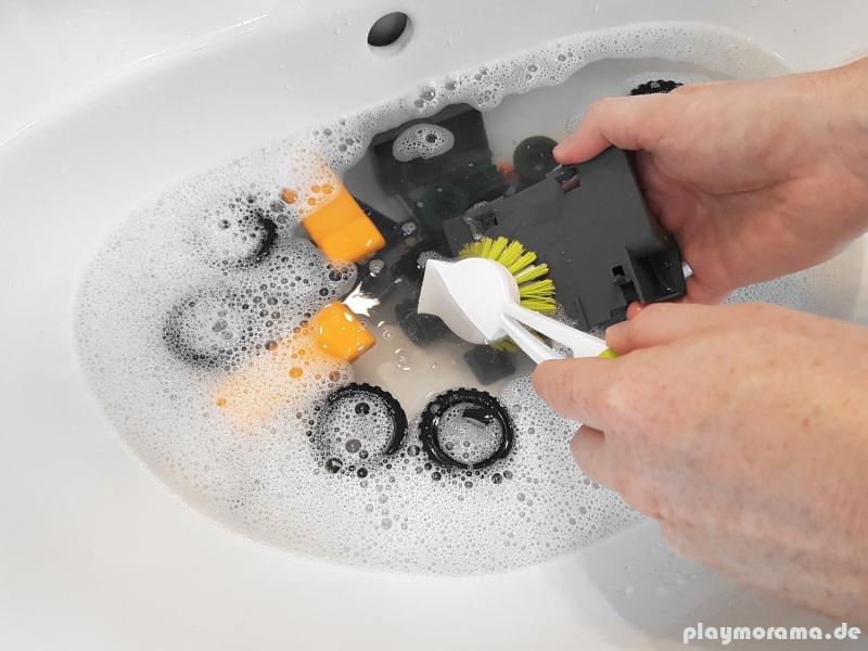 Größere Playmobil-Teile mit einer Spülbürste reinigen