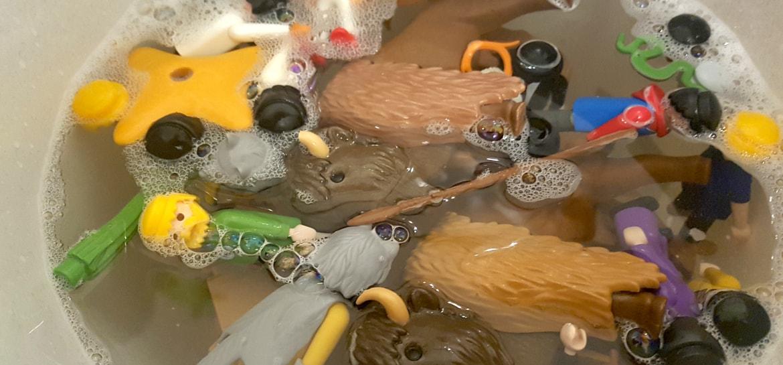 Altes Playmobil lässt sich meistens ganz einfach reinigen. Dazu legt man das Playmobil in einen Eimer mit heißem Wasser und etwas Spülmittel.