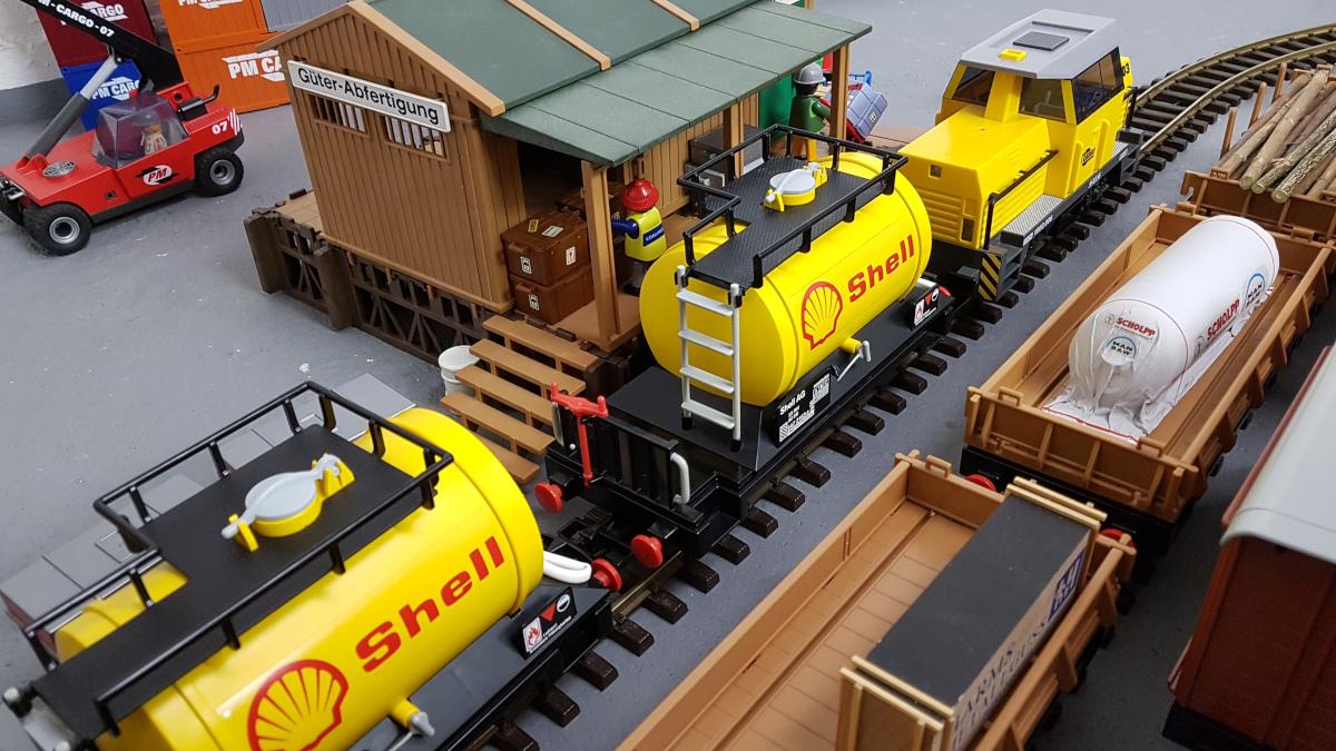 Playmobil Shell Kesselwagen mit gelber Rangierlok 5258 vor Güterabfertigung