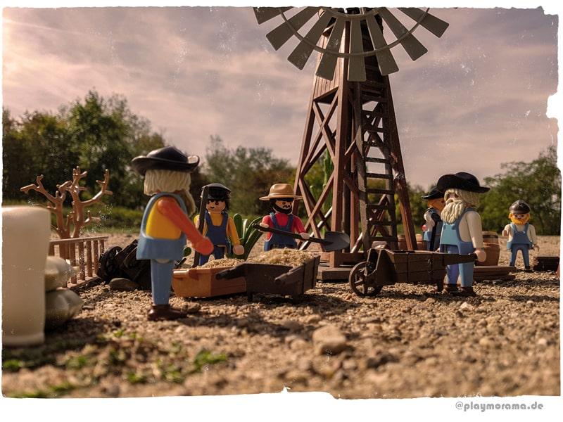 Der Holzturm des Western Windrad 3765 wird durch die Arbeiter zusammengebaut