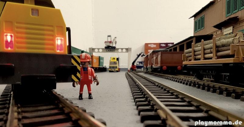 Die Playmobil RC-Lok fährt auch auf dem Schienensystem von LGB