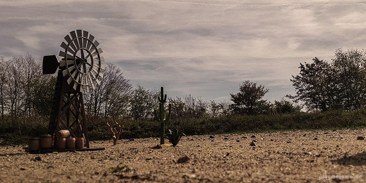 Playmobil Western-Windrad 3765 steht auf einer freien Fläche
