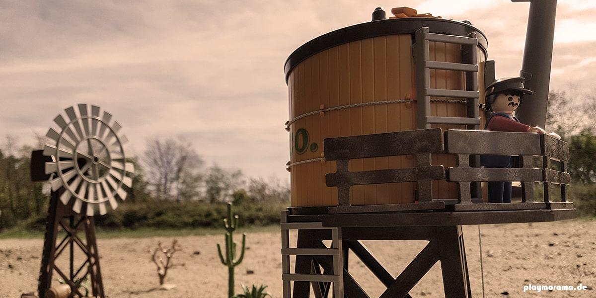 Playmobil Wasserturm 3766. Im Hintergrund ist das Windrad zu sehen.