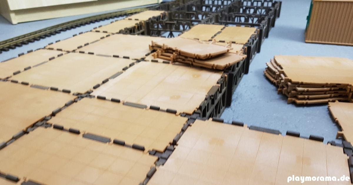 Die Bauteile für das Grundgerüst der Güterabfertigung 4305 werden zusammengebaut.