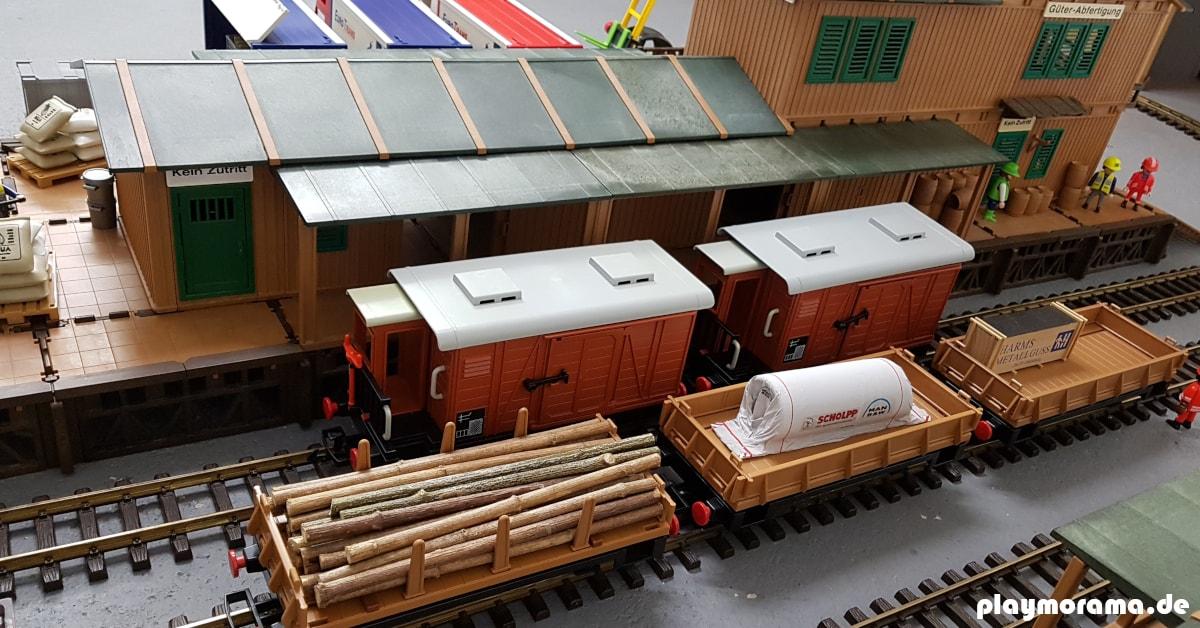 Playmobil Güterwaggons vor dem Güterbahnhof