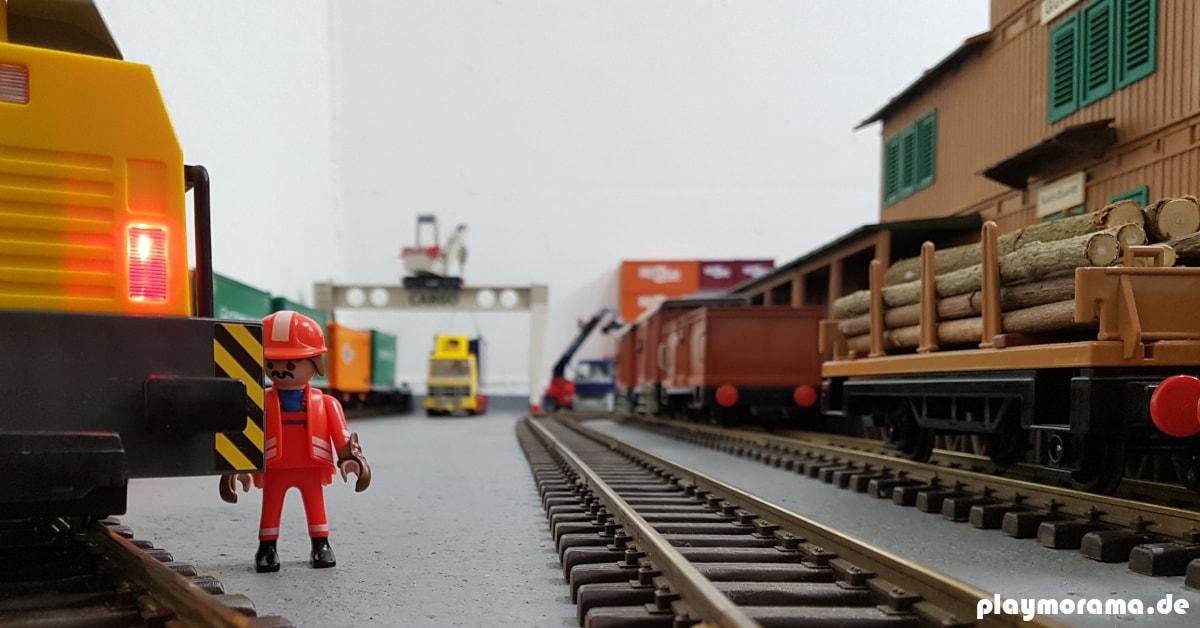 Der Playmobil Rangierer 4640 koppelt die Waggons hinter die RC-Diesellok