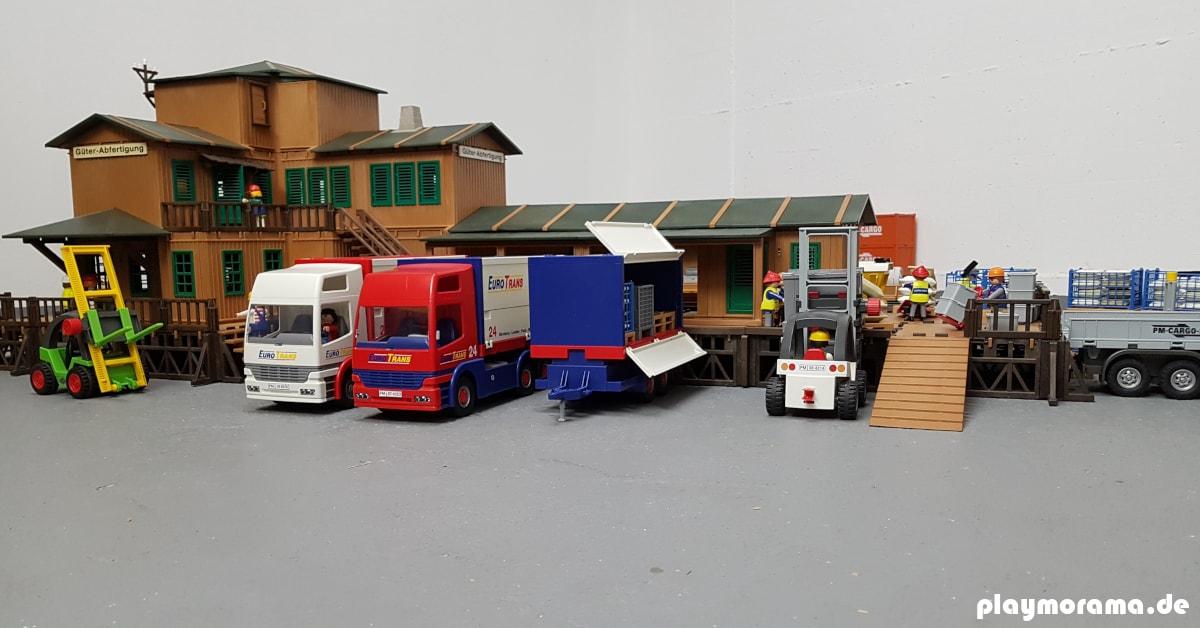 Lastwagen an der Rampe vor dem Güterbahnhof