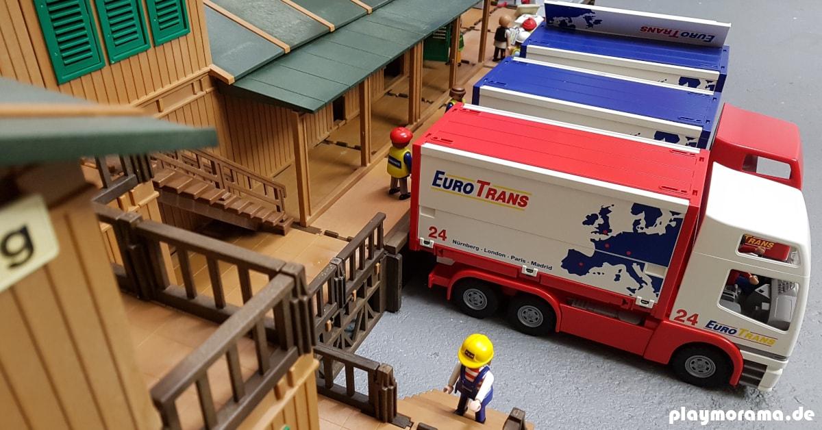 LKW Lastwagen vor dem Lagerhaus des Playmobil Güterbahnhofs