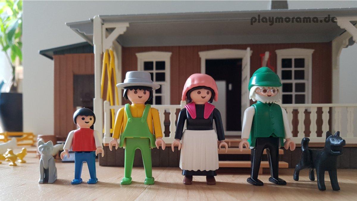Die Figuren der Playmobil Western Farm 3769 stehen vor dem Haus
