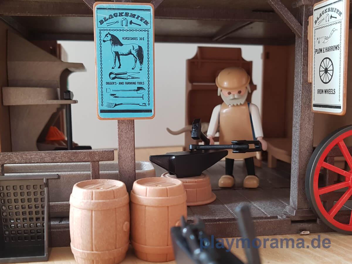 Western Schmied mit Hammer bei der Arbeit
