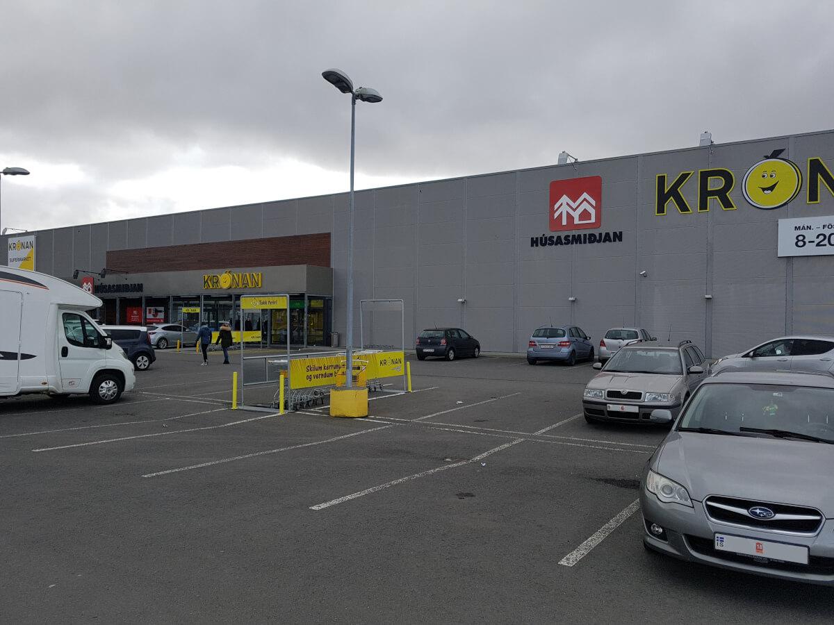 Wohnmobil in Island vor einem Kronan Supermarkt