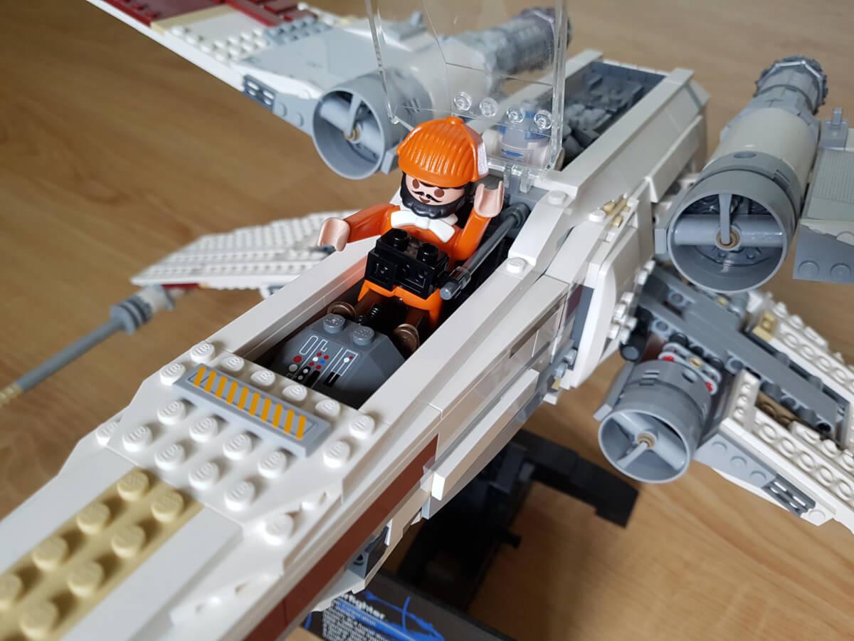 Zwei für mich persönlich wertvolle Teile. Der Lego X-Wing und die orangefarbene Figur aus Colorado Springs