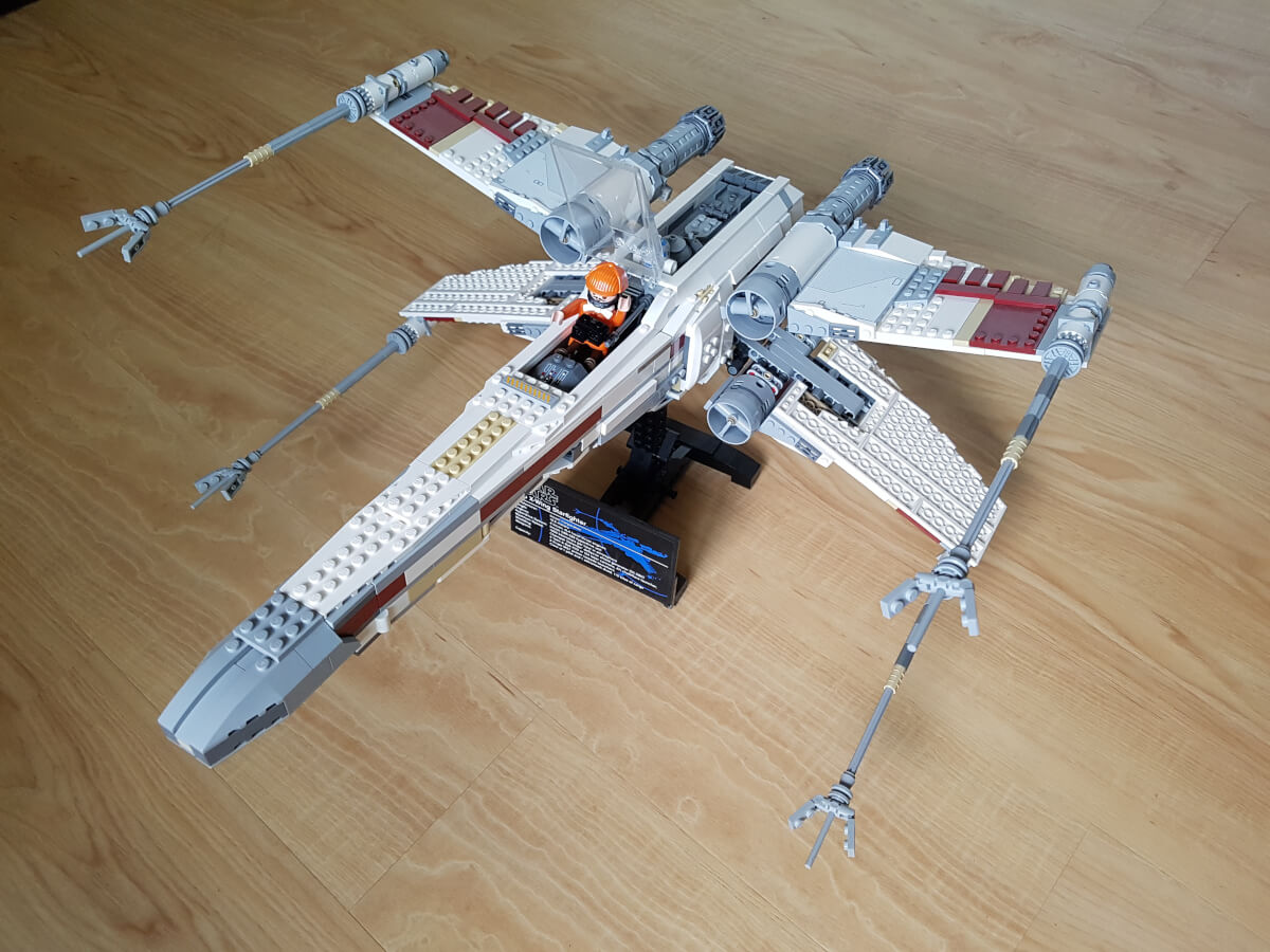 LEGO Star Wars 10240 - Red Five X-wing Starfighter - Eine Playmobil-Figur sitzt im Cockpit