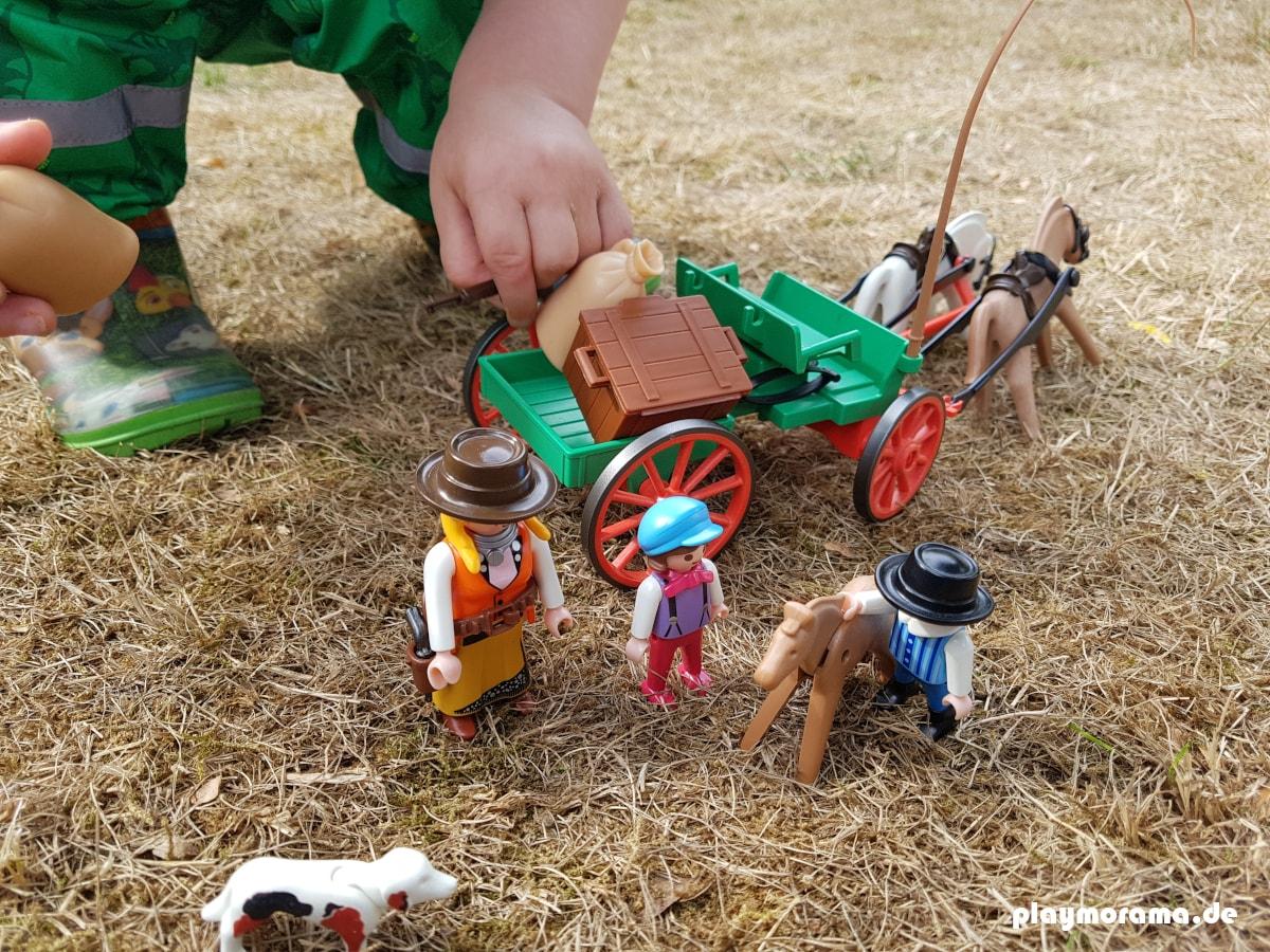 Mein Sohn hilft beim Abladen des Playmobil Western Buckboard 3804 Farmwagen