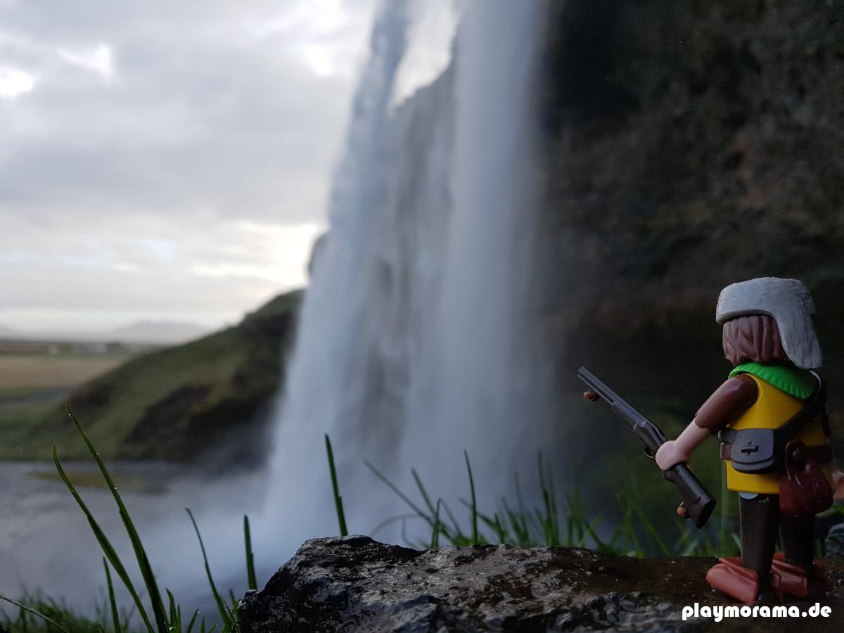 Bei der Jagd kommt der Playmobil Trapper an einem Wasserfall vorbei. Ein schönes Bild bei Sonnenaufgang. Das Bild ist auf Island vor dem Seljalandsfoss entstanden