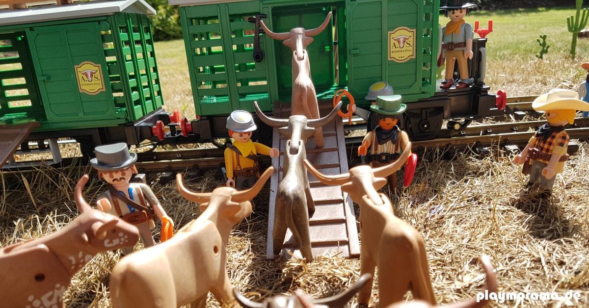 Die Playmobil Cowboys helfen bei der Viehverladung