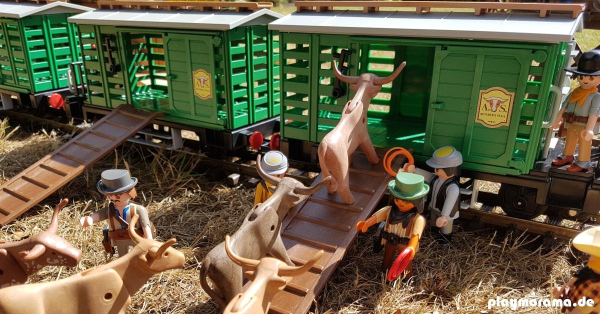 Playmobil Cowboys bei der Arbeit. Die Rinder werden in die Güterwaggons der Westernbahn getrieben