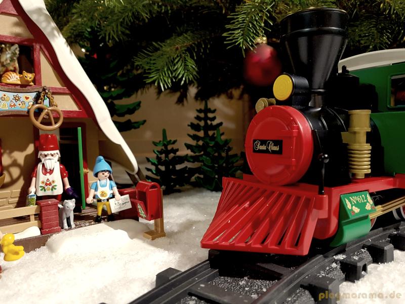 Die Dampflok von Santa Claus mit Kuhfänger vor der Weihnachtsbäckerei