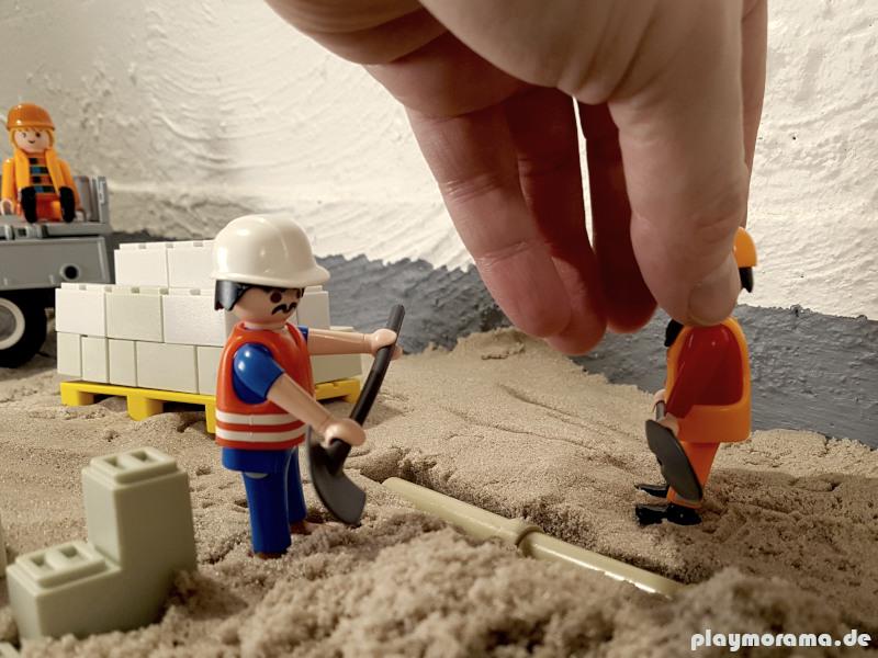 Aufstellen der Playmobil Figuren für eine Szene