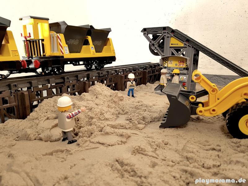Die Kipploren haben den Sand abgeladen. Nun wird dieser vom Radlader abtransportiert