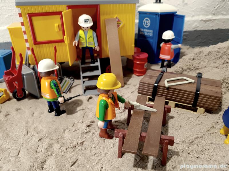 Auf der Playmobil-Baustelle wird schon wieder gearbeitet. Die Mittagspause ist beendet. Die Einen sind schon wieder bei der Arbeit, die anderen müssen andere Geschäfte auf dem Dixi-Klo erledigen