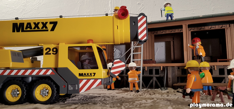 Der Playmobil Schwerlastkran steht vor der fertigen Güterabfertigung.