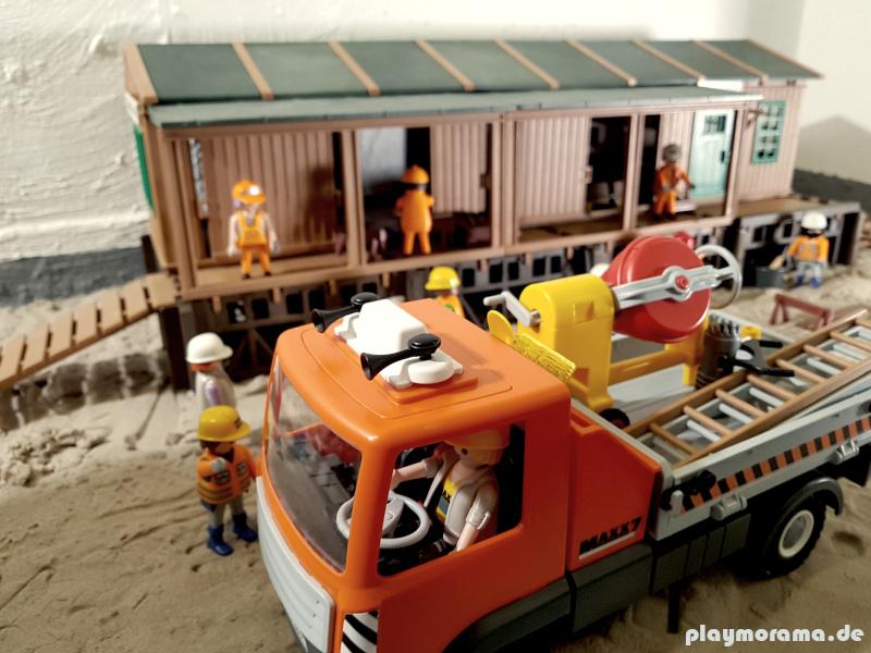 Die ersten Baustellen Sets werden wieder mit dem Lastwagen abtransportiert