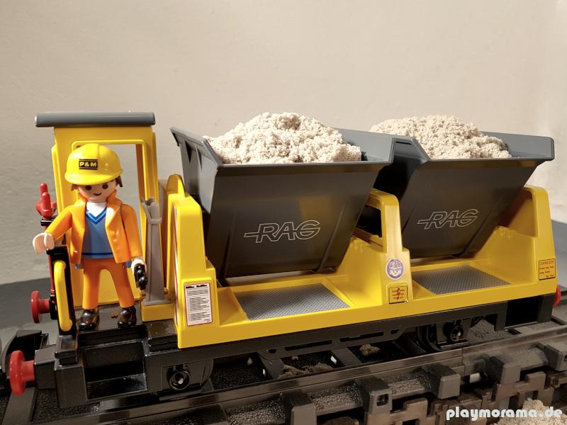 Der Sand wird mit Kipploren der Playmobil-Eisenbahn angeliefert.