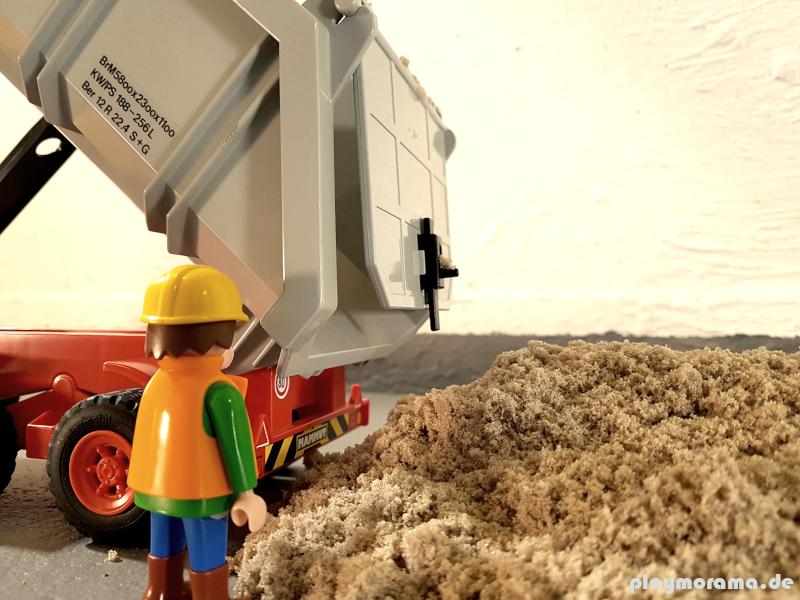der Playmobil Sandkipper liefert den Sand für den Untergrund