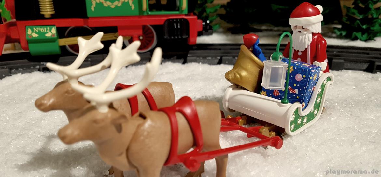 Der Playmobil Weihnachtsmann fährt mit dem Schlitten durch den Schnee
