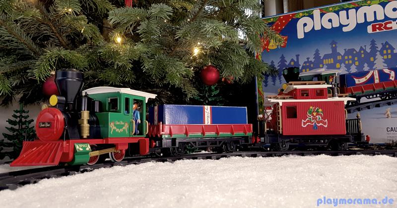 Playmobil Weihnachtszug 4035 aufgebaut unterm Weihnachtsbaum